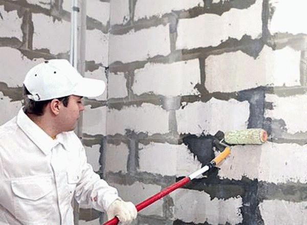 Грунтование стены